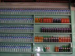 Murs de bouteilles d'eau et de sodas