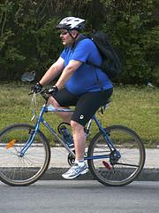 Personne en surpoids faisant du vélo
