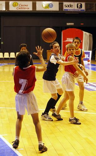 Jeunes jouant au basket