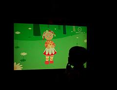 Enfant regardant la télévision dans sa chambre