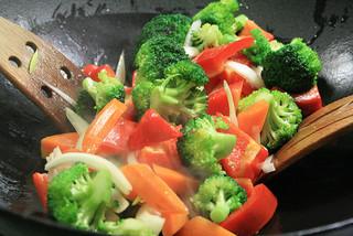 Le wok permet de cuisiner sainement les légumes
