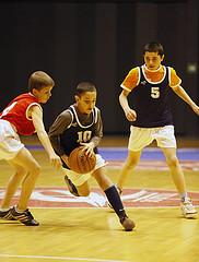 Jeunes pratiquant du basket-ball