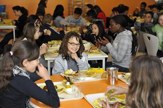 Le risque d'obésité infantile est limité en mangeant à la cantine