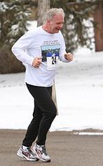 senior pratiquant la course à pied