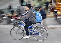 Jeune sortant de l'école à bicyclette