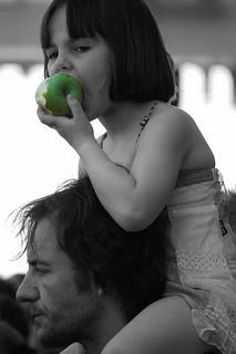 Enfant dégustant un fruit